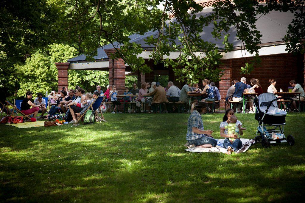 Sommergarten - Wasserturm - Wiese - Picknick - Liegestühle - Sommer - Sonne - Bäume - Schatten