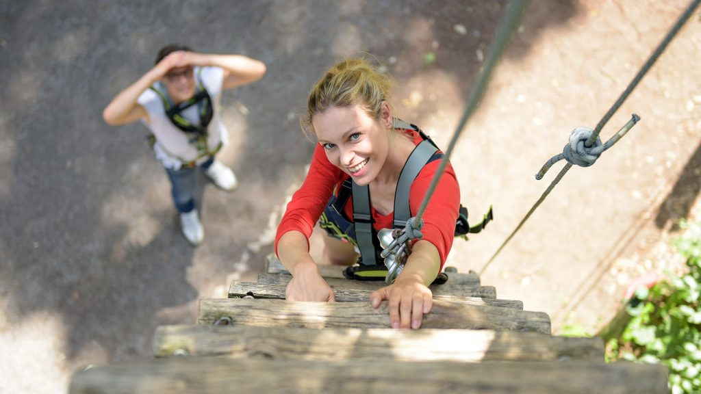 Frau - laecheln - Klettern