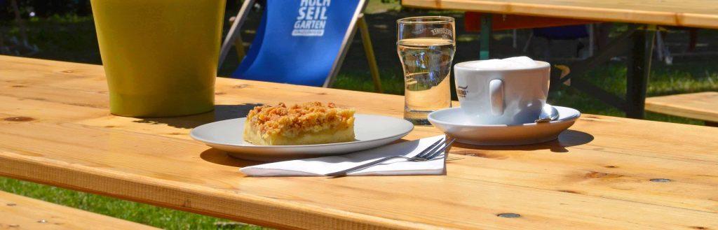 Biertisch mit Kaffee und Kuchen